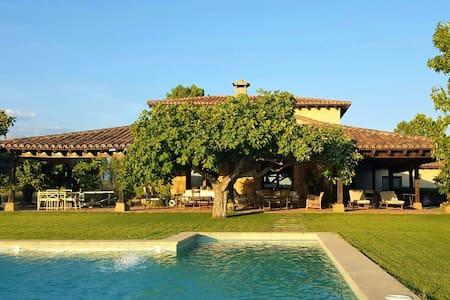 Elegante casa con gran piscina en plena naturaleza - Huis