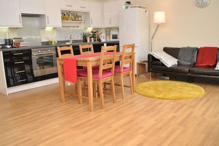 Double bedroom and private bathroom - West Drayton - Appartement