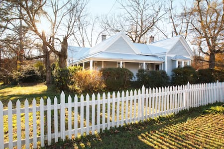 Historic 19th-century Parsonage - Winterville