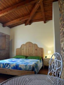 Camera matrimoniale, bagno privato-Le terre di zoè - Provincia di Vibo Valentia