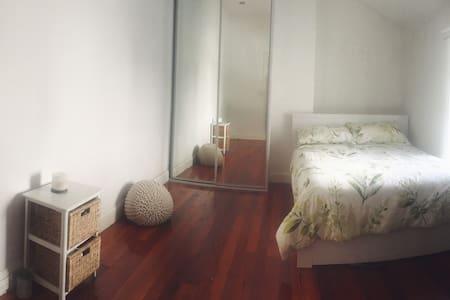 Sun filled master bedroom - Woolloomooloo