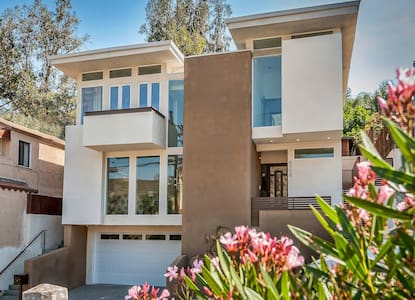 Brand New Modern in Hollywood Hills - House