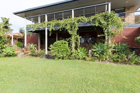 Our one bedroom apartment with courtyard views over Ocean Shores golf course. Relaxing environment, only 20 mins from Byron Bay.  Easy access to motorway and 30 min to Coolangatta Airport. 5 min to Brunswick Heads cafes, river and surf beach.