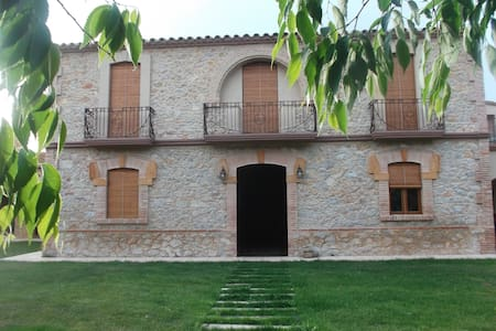 Rural house in quiet village - Viladamat - Villa
