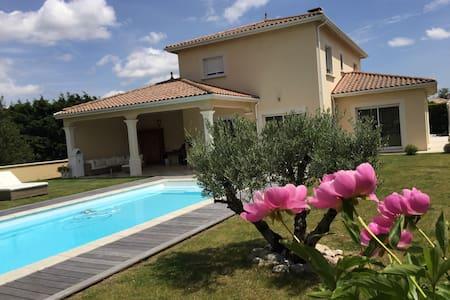 Cosy villa with pool close to Lyon - Saint-Bonnet-de-Mure - Haus