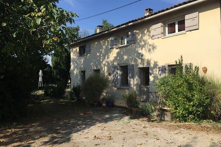 Chambres spacieuses dans grande maison - Satolas-et-Bonce