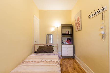 If you are searching for a simple, comfortable room, look no further. Located close to public transit and all amenities, the room is equipped with a twin bed, a desk and lots of daylight. Welcome to your Montreal home!