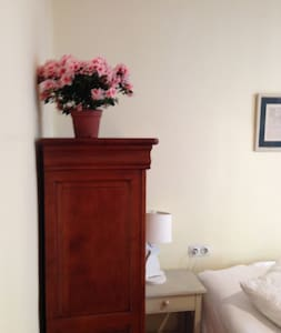 Beautiful room in historic old town - Bed & Breakfast