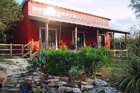 Southwestern Adobe Guest House - Austin - House