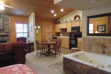 Cozy Cabin/Honeymoon Suite - Branson