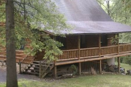 Private river front log cabin 25 ac - Kulübe