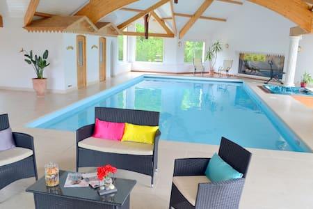 villa piscine intérieure spa sauna - Vila
