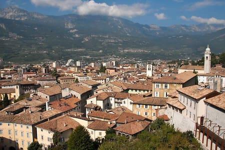 Grande vista sui tetti di Rovereto - Leilighet