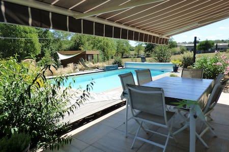 Maison de Vacances comtemporaine  avec piscine. - Haus