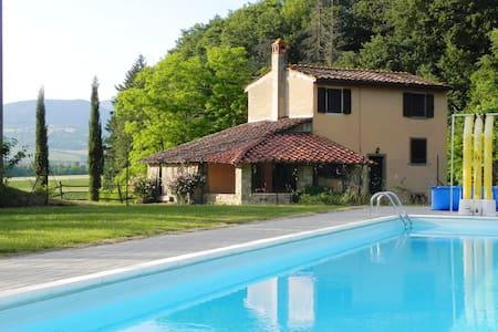 Pink farmhouse close to the  pool, farm-life relax - Rumah