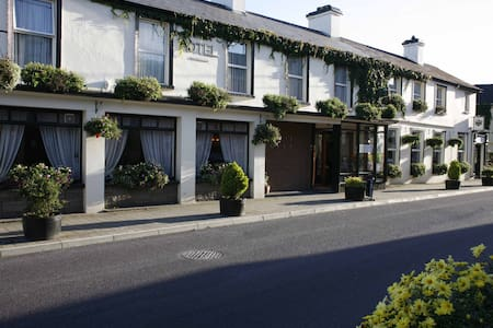 Casey's Hotel Glengarriff Village - Glengarriff, West Cork