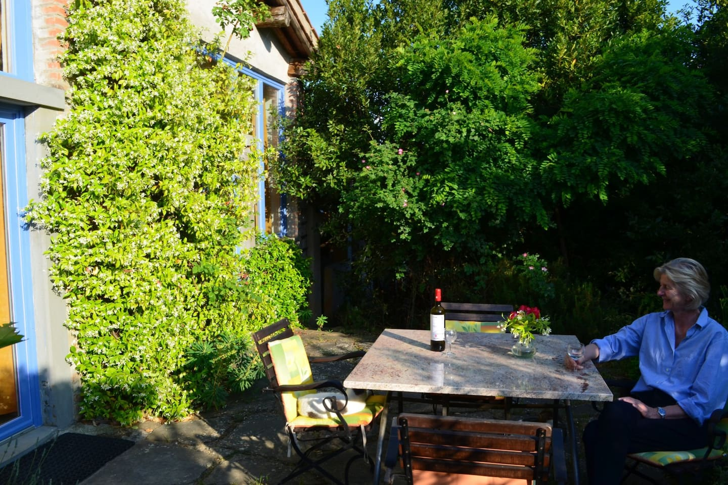 """The terrace in front of """"La Grapo"""" is surrounded by bushes and guarantees privacy"""