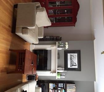 Neat & tidy room in friendly area - Ház