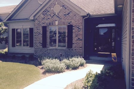 Custom ranch in upscale Antioch lake neighborhood - Rumah