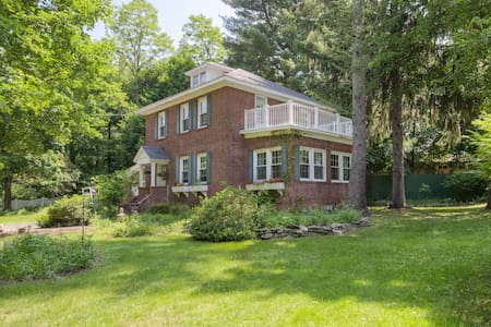 Charming Brick House -Hudson Valley - House