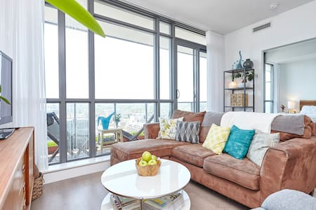 Sunny 1 Bed+Den with Amazing Views!
