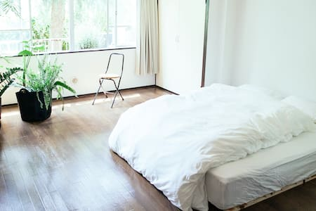 Lofty space located by a lush green river in the center of Tokyo's coolest neighborhood Nakameguro. Walking distance to Shibuya. The one bedroom apartment has this cool retro 80's Showa Period vibe. Open the window, breath and enjoy the greenery.