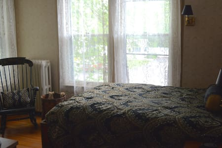 Lincoln Bedroom River House B&B - Bed & Breakfast