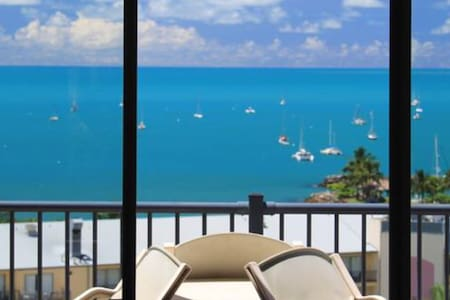 Across the road from the ocean and main street - Airlie Beach