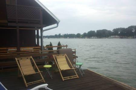 Charming River House Ada Ciganlija - Belgrad - Hus