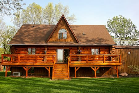 Presqu'ile Bay Log Cabin - Brighton - Hus