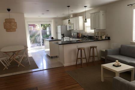 Cozy house with a lovely garden - Palo Alto - Huvila