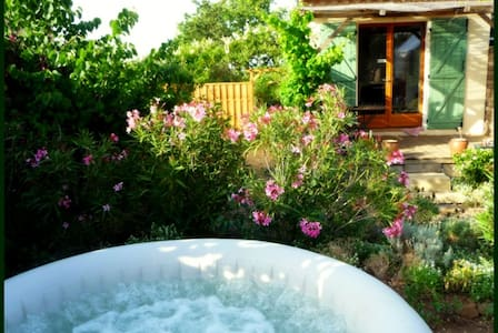 Charmant F2 + jacuzzi en Garrigue