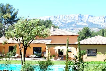Spacieuse villa près Aix en Pce - House
