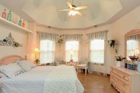 Blue Jay Manor B&B - Savannah Room - Bed & Breakfast