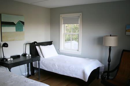 BodhiTree Guesthouse Room 2 - Bed & Breakfast