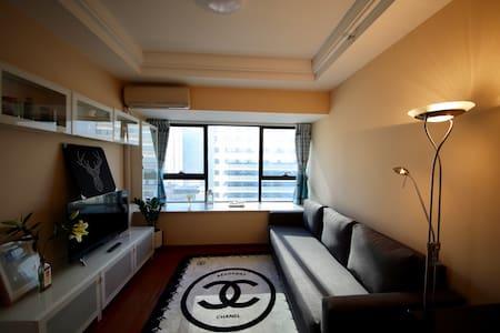 厚街万达soho公寓酒店现代简约几何主义大飘窗城景观湖套房 - 东莞
