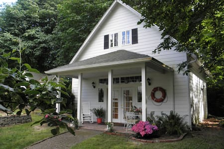 Raft Island Cottage in Gig Harbor