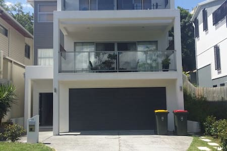 Amazing new contemporary home only walking distance to Brisbane city, nightlife, Southbank, Casino and restaurants. Quiet location yet soo close to the action. For a small extra fee can arrange a private vehicle transfer to and from to the airport.