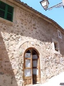 multi levelled stone house, located in the tranquil old part of Valldemossa. comfortable and large bed in the bedroom upstairs.  great chimney for winter days. Driving: Palma is 25 mn  and the beach at the Marina 10 mn.