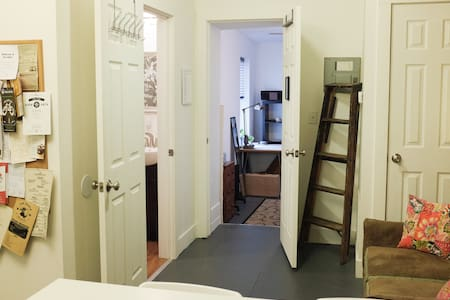 Apt B: Affordable & Quaint in OTR - Apartemen