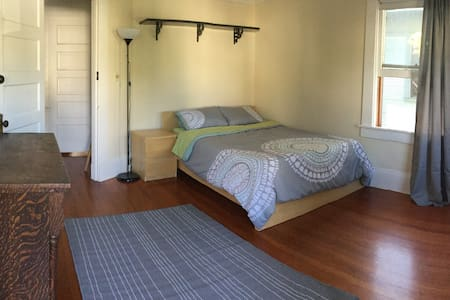 Private Bedroom & Bathroom Near DT