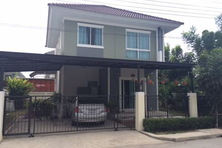 Noy and Brian's house near airport - House