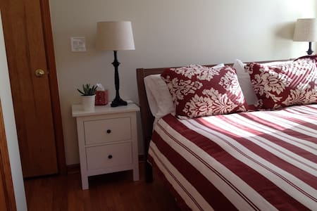 NEW! 10 mins to Yale, Convenient to I-95 w/Parking - Branford