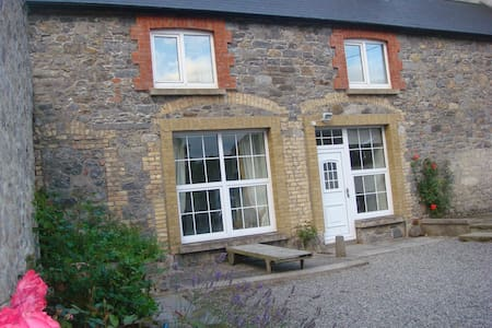 Amazing 2 bed mews house. Free wifi