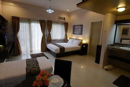 Dahlia at New Manila Suites - A Full Service BnB - Ciudad Quezón