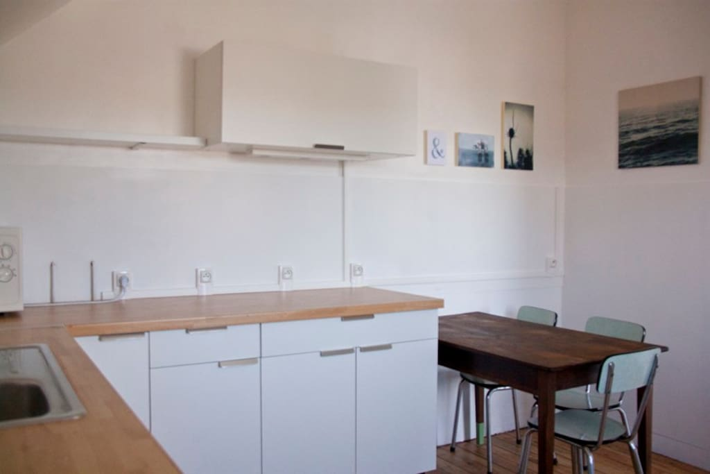 Cuisine toute équipée, lave-vaiselle, lave-linge, micron onde, cuisinière éléctrique + hotte
