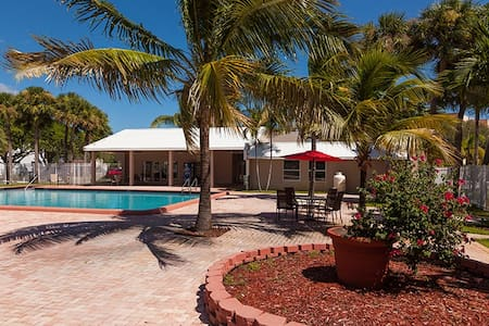 1BD 1 BA Sunny Condo Pool Gym WIFI BAGELS & TEA - West Palm Beach