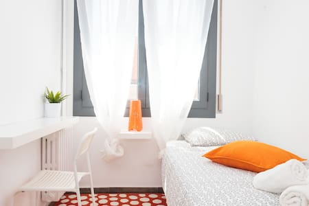 A Cozy Single Room in a Central apartment shared in the heart of barcelona center, Cataluña Square!!!