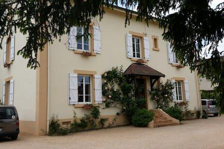 Chambre calme 20 m²,  lit 140 x 200 - Paray-le-Monial - House