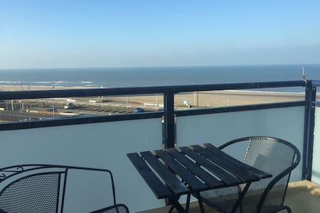Sea view balcony room - 30min train to Amsterdam - Zandvoort - Apartament